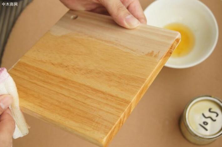 都不如木蜡油来得简便;而且颜色的选择上