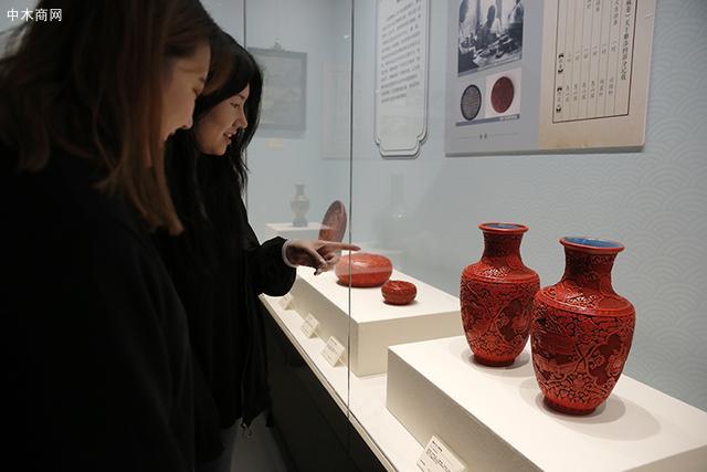 游客参观展览