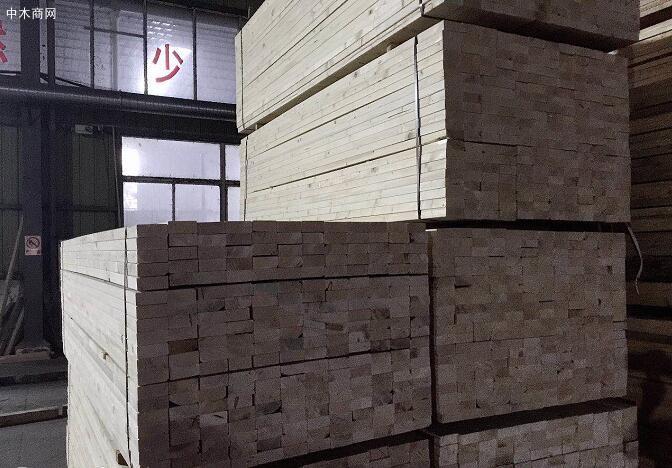 在土木建筑工程当中,太仓展久木业建筑木方常常会做混凝土模板的楞木