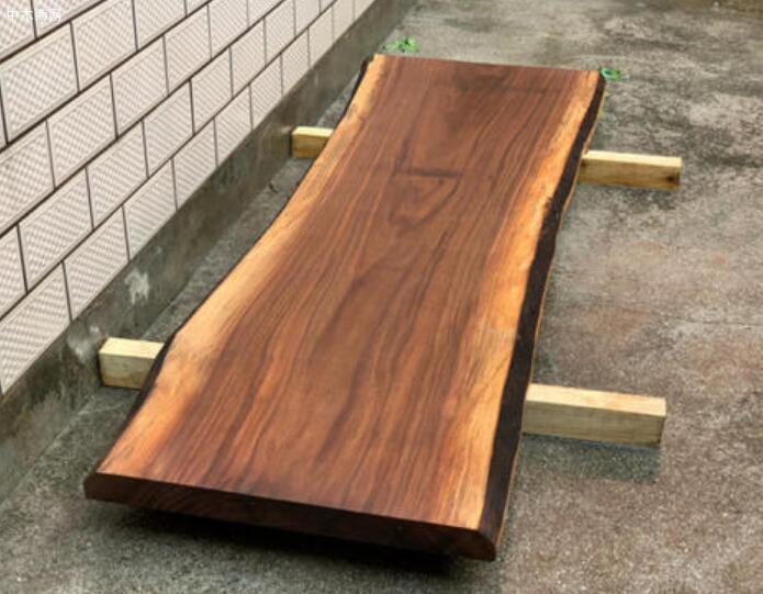 其中非常珍贵的加利福尼亚黑胡桃瘿木皮大量的应用于劳斯莱斯