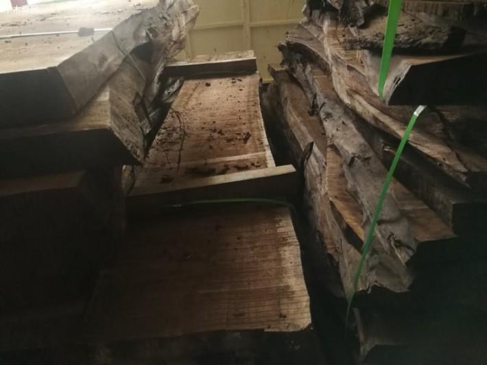 10年一个轮回,这次就轮到了黑胡桃木大板桌。