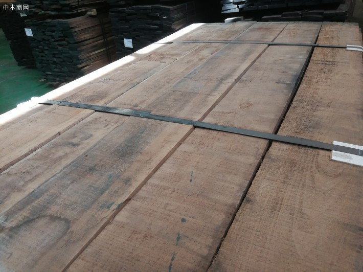 美国黑胡桃木板材的白木质为奶白色
