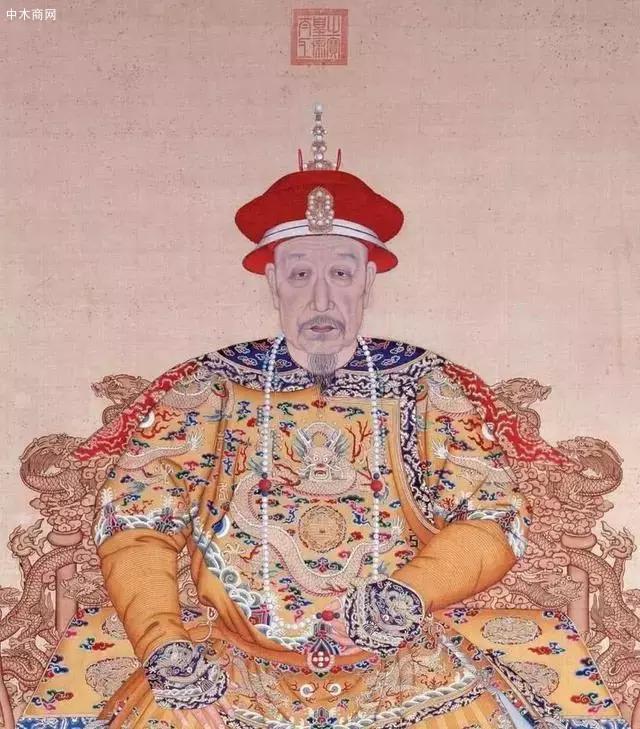 在清朝的时候,紫檀木受到了皇室的无限爱戴