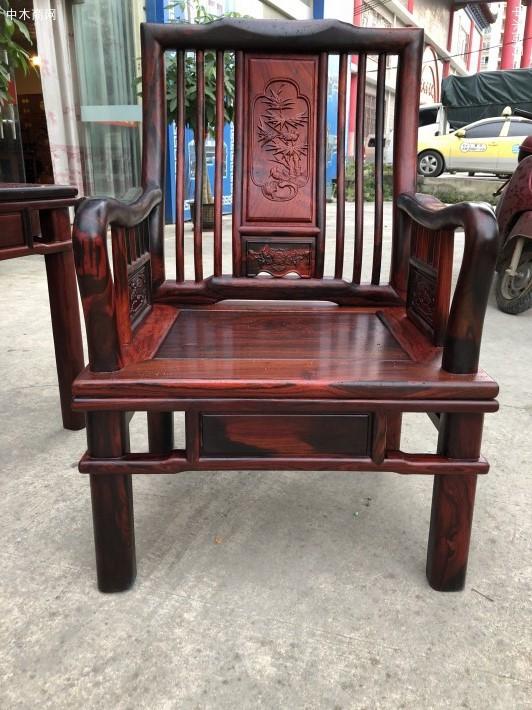 大红酸枝明式沙发10件套的价格约在13.8万以上