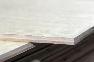 请问衣柜的后面的板材多厚合适?