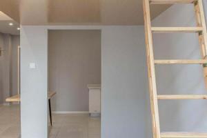 层高3米7,木工挑高2米做了个悬空卧室嵌在墙上,一上一下两间房