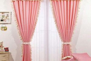 暖色调的墙,简单的中式沙发,应配上什么窗纱好看?