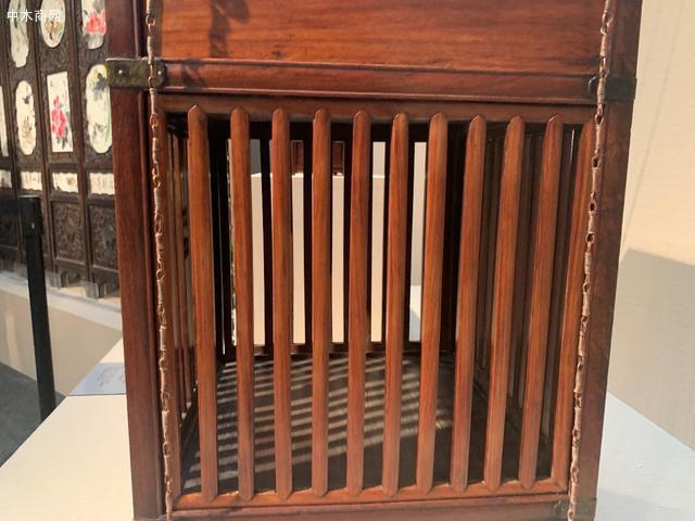 中层是箱笼的主要部分,正面设对开的棂格门