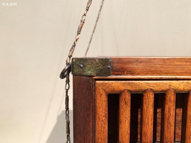 此箱笼采用黄花梨木制,显得尤为珍贵