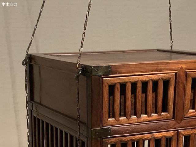方材四纵八横攒框,将箱笼分成上中下三层