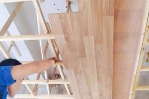 用木地板来做吊顶装修,看起来有点尴尬