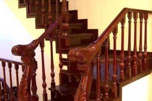 刚安装的木楼梯扶手开裂属于正常现象吗