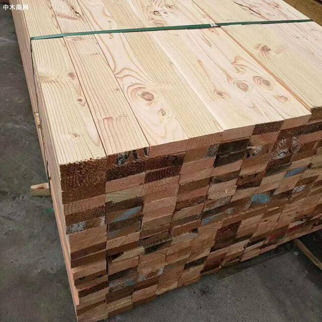 可以用长钉试着钉入松木建筑方木内