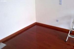 踢脚线颜色跟地板一致好还是跟门框颜色一致好?