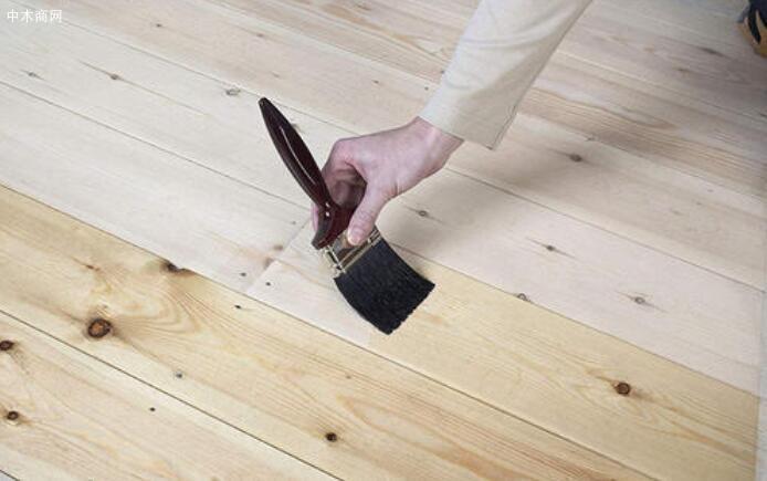 按照要求比例调好木器底漆