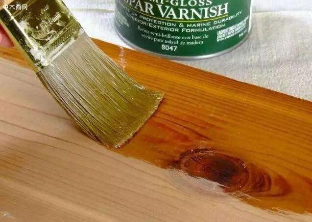在面漆施工前一定要再一次清洁木器表面