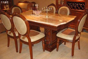 保护实木餐桌是使用桌布好还是玻璃好?