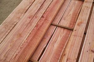 血椿木板材也叫红椿木板材,香椿木烘干板实物高清图片
