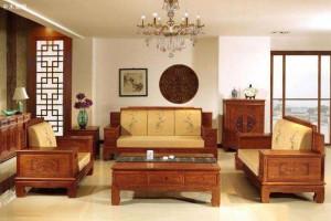 年轻人的客厅是否适合摆放红木沙发?