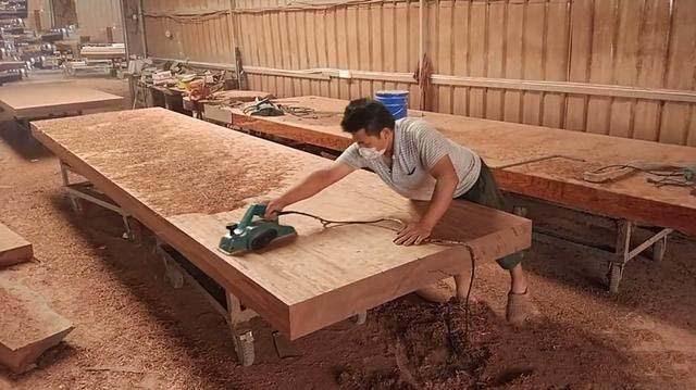大部分的商家告之的理由是,巴花大板桌都是纯实木的