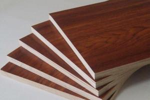 打柜子是用多层实木免漆板环保?还是用杉木芯拼接免漆板环保呢?