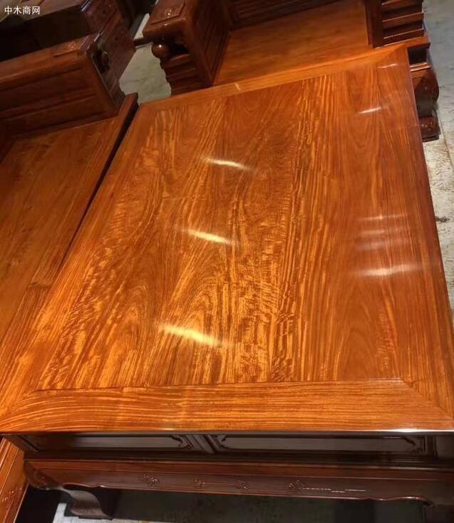 纹路也是红木家具的一个显著特点
