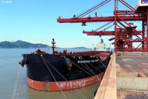 首艘载有俄罗斯原木木材船靠泊长兴岛港