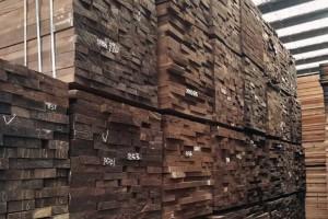 美国黑胡桃木,红橡木烘干板材高清图片