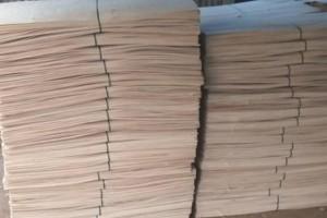鸿坤杨木三拼板皮子的特点及好处?