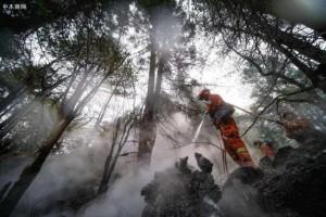 西藏林芝森林火场进行人工降雨,火灾得到有效控制