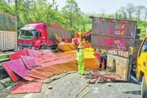 """32吨集成木板材,遵义三合高速路上""""躺起"""""""