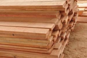 青海班玛县派出所民警依法收缴木材板1078片