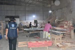 东莞市黑山工业区:违规木制品工厂被查封