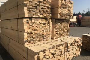 鹿寨县木材厂起火,消防员及时扑救
