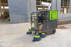 使用电动扫地车清洁角落垃圾轻而易举