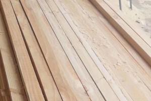 景村木材加工厂建筑木方锯材图片